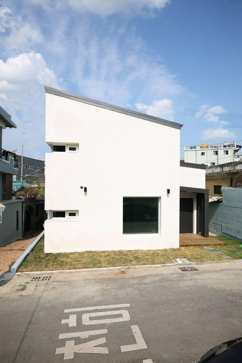 """interior & architecture  by INARK   인아크 건축 설계 인테리어 디자인 대구 평리동 """"까꿍하우스"""": inark [인아크 건축 설계 디자인]의  주택"""