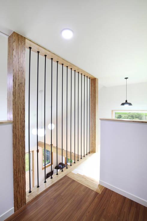 Pasillos y hall de entrada de estilo  por 주택설계전문 디자인그룹 홈스타일토토