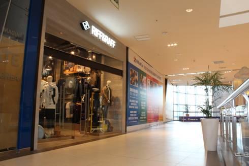 Local Comercial Vista Exterior: Oficinas y Tiendas de estilo  por Soluciones Técnicas y de Arquitectura