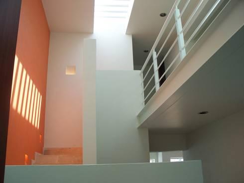 Casa ST: Pasillos y recibidores de estilo  por Bojorquez Arquitectos SA de CV
