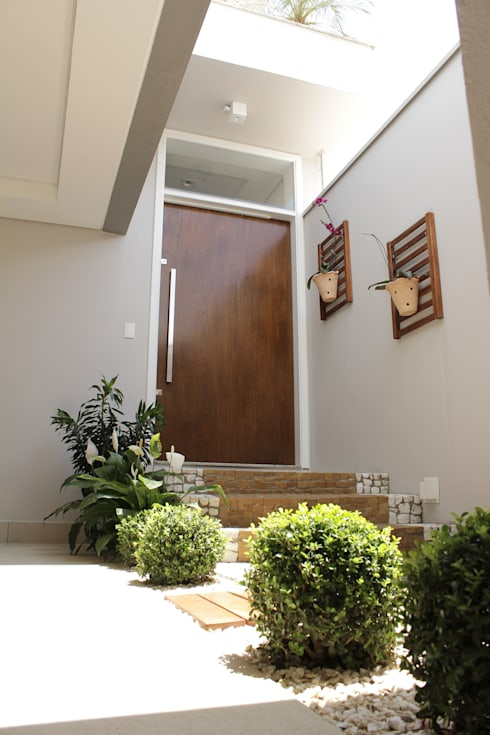Pasillos y recibidores de estilo  por canatelli arquitetura e design