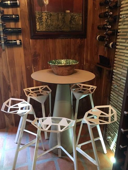 Espacio, Urb. El Hatillo: Bodegas de vino de estilo  por THE muebles