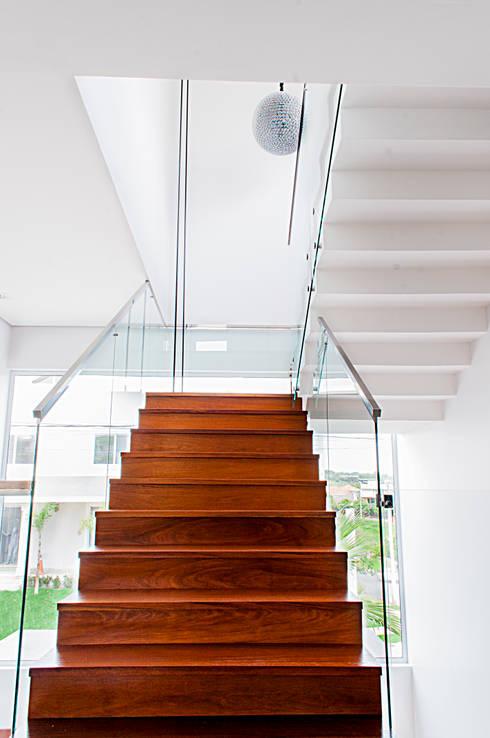 Casa MG: Corredores e halls de entrada  por canatelli arquitetura e design