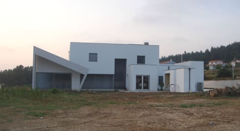 Casa L: Casas minimalistas por Arquitecto Aguiar