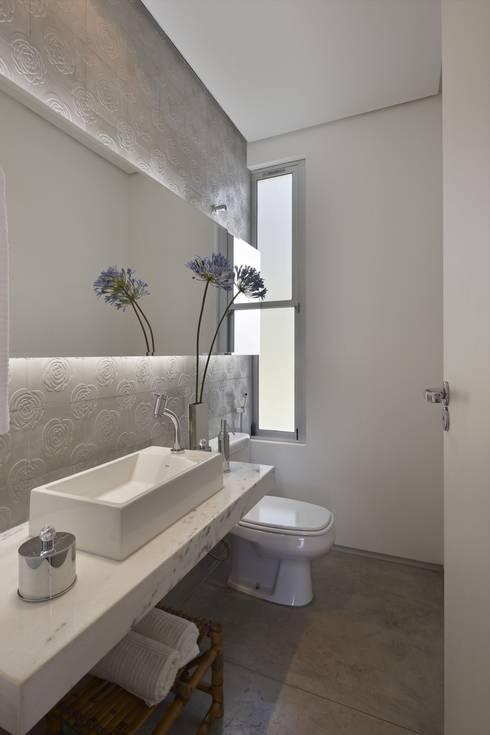 Casa do Lago 11: Banheiros  por David Guerra Arquitetura e Interiores