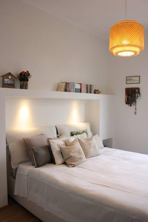 casa dei colori: Camera da letto in stile  di studio ferlazzo natoli