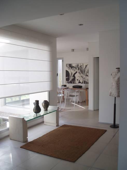 Casa AM Racionalista en Nordelta: Estudios y oficinas de estilo  por Estudio Medan Arquitectos
