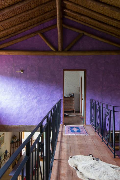 Corredores e halls de entrada  por Valquiria Leite Arquitetura e Urbanismo