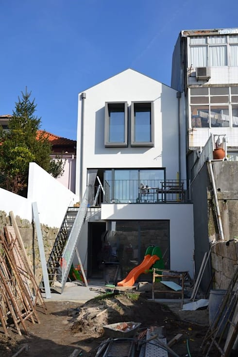 Remodelação de moradia unifamiliar:   por FRANCISCO MARTINS & FILHOS LDA