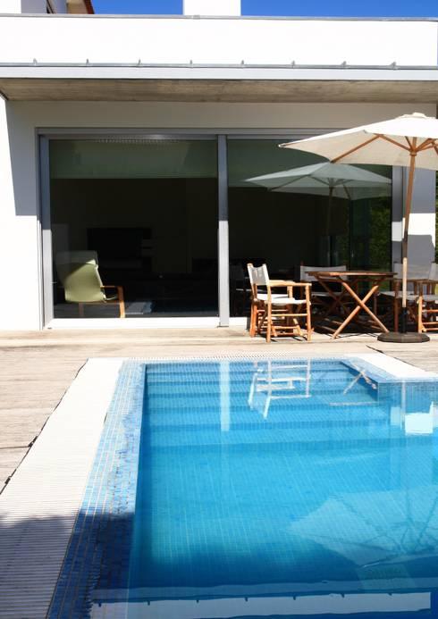 สระว่ายน้ำ by Valdemar Coutinho Arquitectos