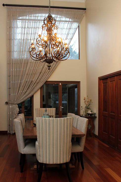 Double Volume Dining Room: classic Dining room by Inside Out Interiors