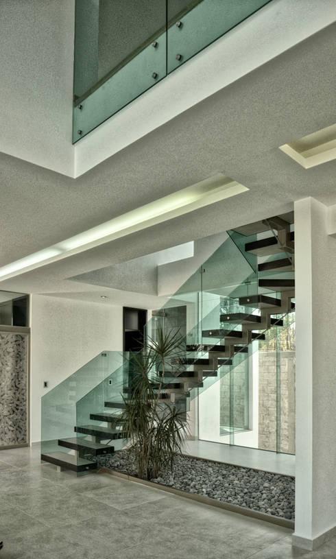 HALL ESCALERA: Pasillos y recibidores de estilo  por ArqCubo