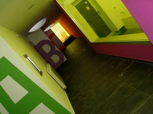 Corredor de las aulas (detalle): Estudios y oficinas de estilo moderno por jesus rubio arquitectos