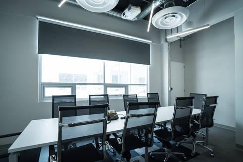 CORPORATIVO EN <q>CENTRO POLANCO</q>, CDMX: Oficinas y tiendas de estilo  por HO arquitectura de interiores