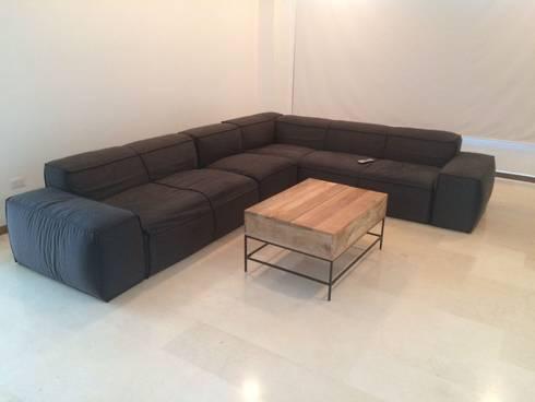 Apto. La Castellana: Salas / recibidores de estilo moderno por THE muebles