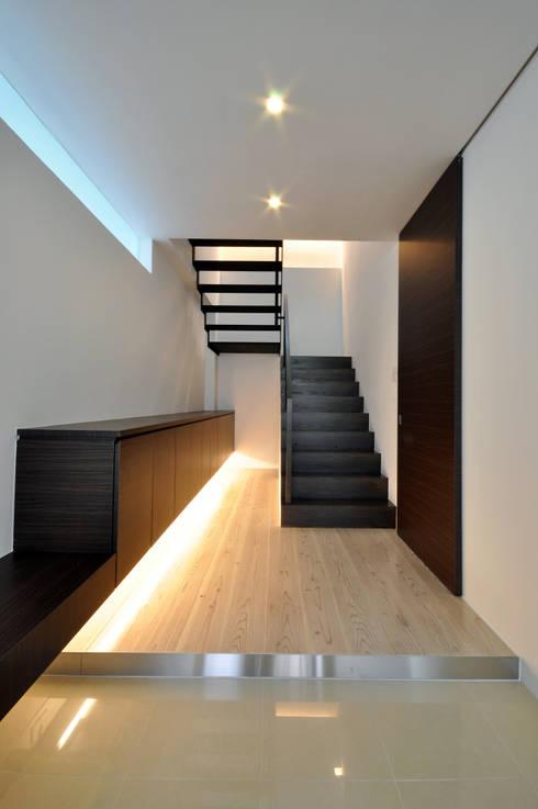 UCHR-HOUSE: 門一級建築士事務所が手掛けた廊下 & 玄関です。