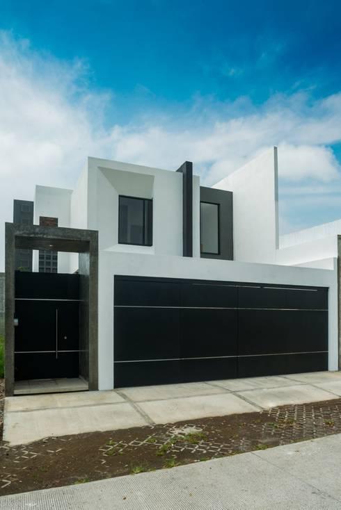 Projekty, minimalistyczne Domy zaprojektowane przez ROKA Arquitectos