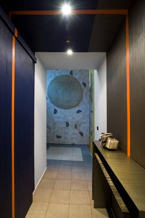 Corridoio d'ingresso con carta da parati: Ingresso & Corridoio in stile  di Dima snc di Maiocchi Dario e c.