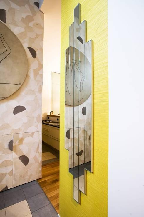Specchio personalizzato su misura: Ingresso & Corridoio in stile  di Dima snc di Maiocchi Dario e c.