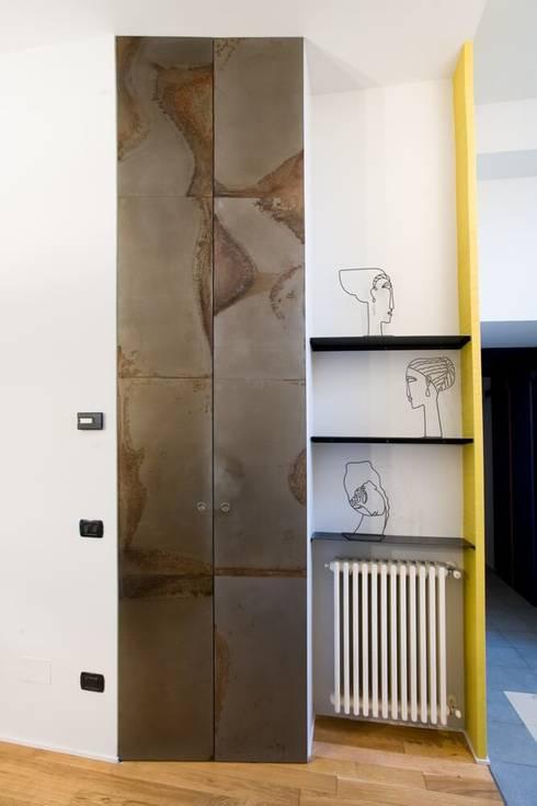 Mobile a parete e mensole : Ingresso & Corridoio in stile  di Dima snc di Maiocchi Dario e c.