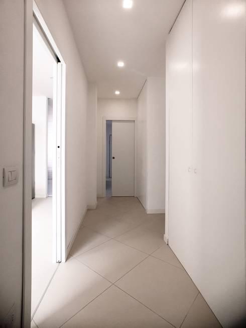 Pasillos y vestíbulos de estilo  por M16 architetti