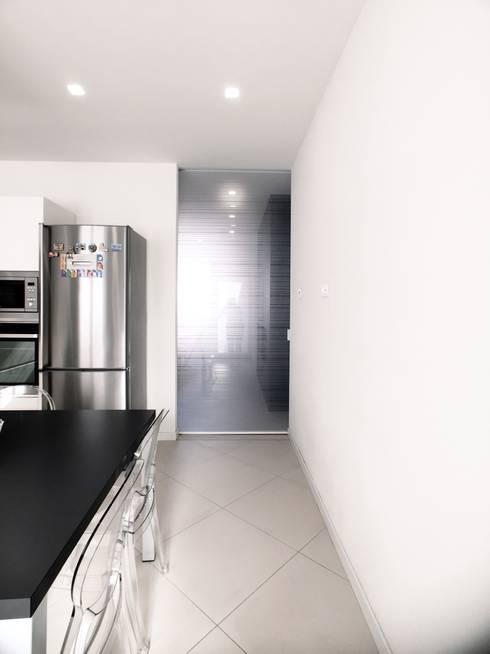 Cocinas de estilo moderno por M16 architetti