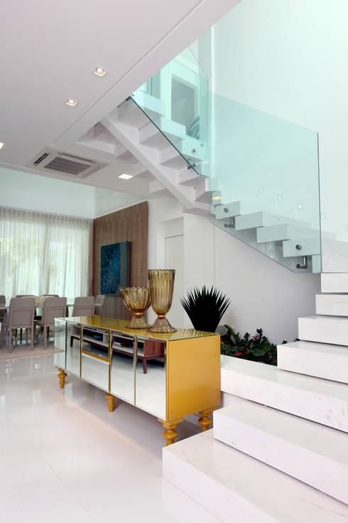 Pasillos y recibidores de estilo  por Eveline Sampaio Arquiteta e Designer de Interiores