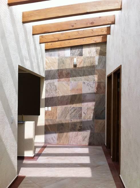 Casa AG: Pasillos y recibidores de estilo  por GRUPO ESGO