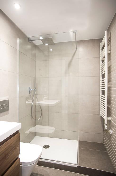 Bagno in stile in stile Moderno di Grupo Inventia