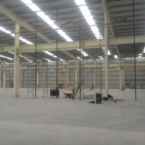 Nave industrial con bastidores divisorios de 12m:  de estilo  por Grupo Puente Arquitectos.com