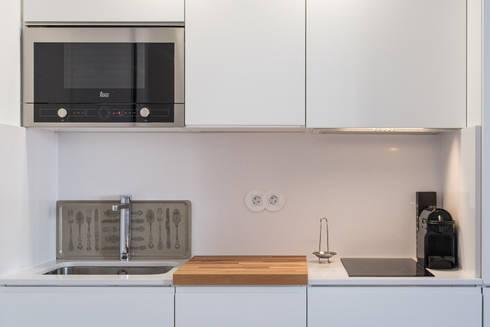 Apartamento pequeno - Cozinha: Cozinhas minimalistas por OW ARQUITECTOS I simplicity works | geral@ow-arquitectos.com