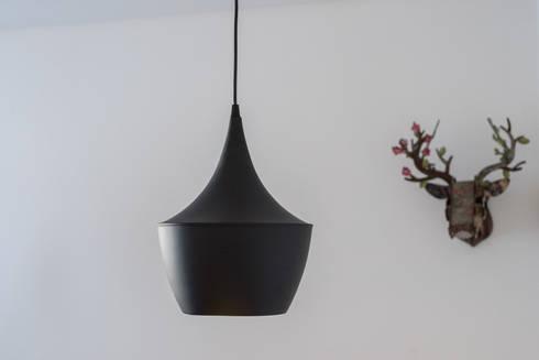 Apartamento pequeno - Iluminação: Salas de jantar minimalistas por OW ARQUITECTOS I simplicity works | geral@ow-arquitectos.com