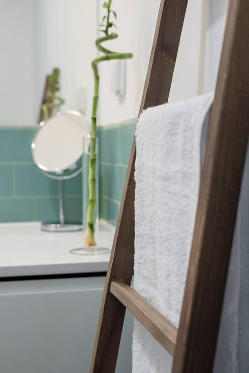 Apartamento pequeno - Casa de Banho: Casas de banho minimalistas por OW ARQUITECTOS I simplicity works | geral@ow-arquitectos.com