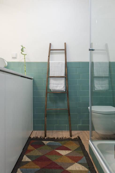 Casa de Banho, verde e branco, minimalismo: Casas de banho minimalistas por OW ARQUITECTOS I simplicity works | geral@ow-arquitectos.com