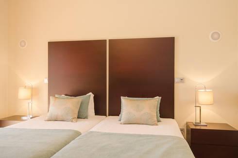 Projecto Design Interior – Amendoeira Golf Resort: Quarto  por Simple Taste Interiors