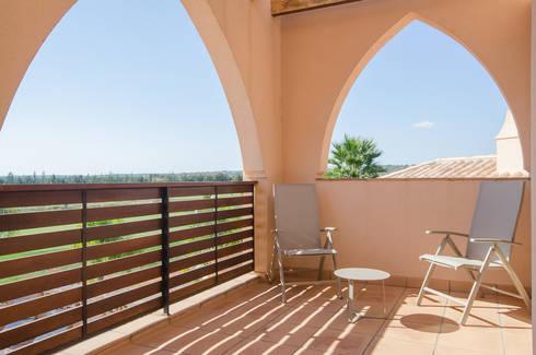 Projecto Design Interior – Amendoeira Golf Resort: Varanda, marquise e terraço  por Simple Taste Interiors