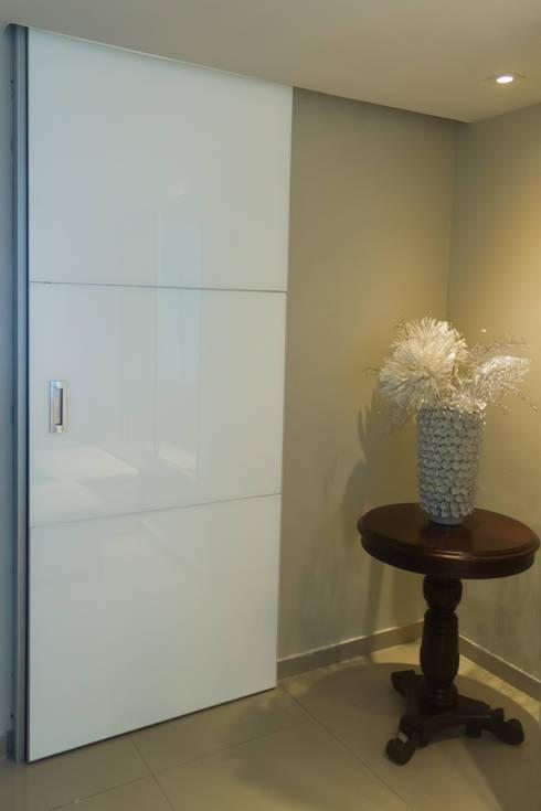 Proyecto Hall de Entrada: Pasillos y vestíbulos de estilo  por Monica Saravia