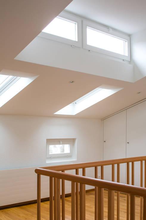 Projekty,  Korytarz, przedpokój zaprojektowane przez Beat Nievergelt GmbH Architekt