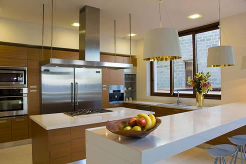 NUESTRAS COCINAS: Cocinas de estilo moderno por HIGH END COCINAS PUERTO VALLARTA