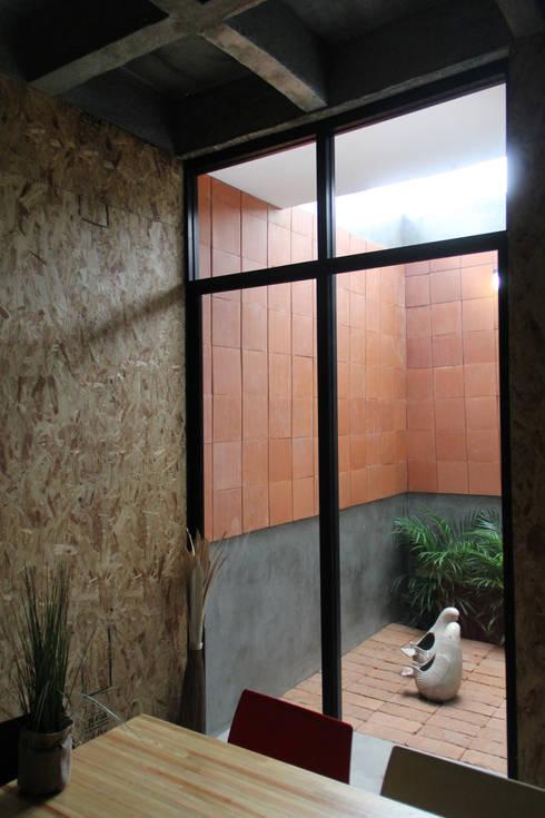 Corporativo INNOVA: Jardines de estilo colonial por Apaloosa Estudio de Arquitectura y Diseño