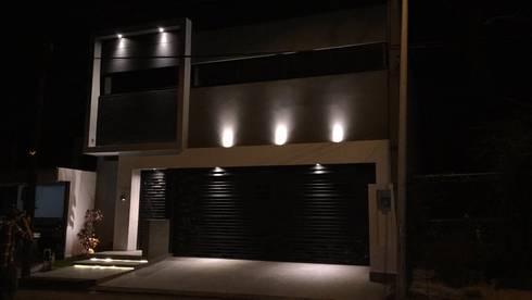 Fachada principal: Casas de estilo moderno por The arkch's Arquitectos