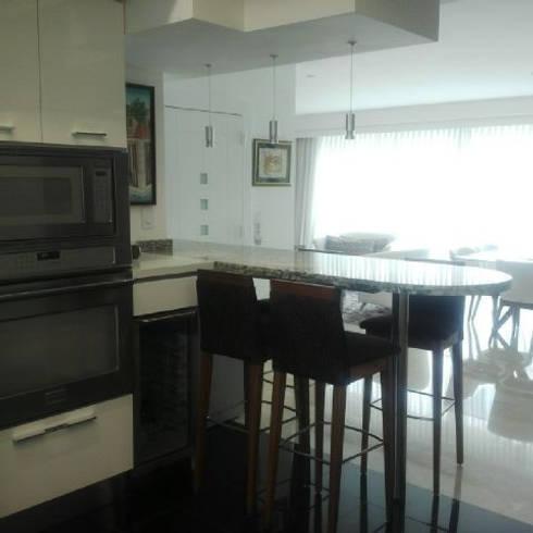 Proyecto La Lagunita.: Cocinas de estilo moderno por THE muebles