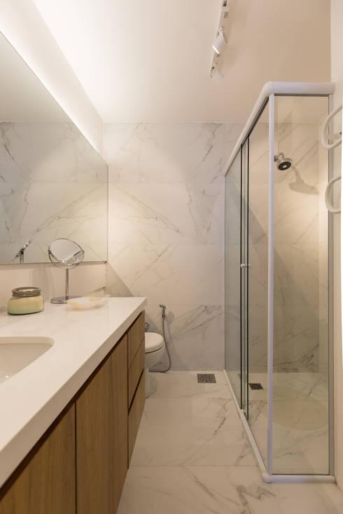 SRR | Banho Suíte: Banheiros  por Kali Arquitetura
