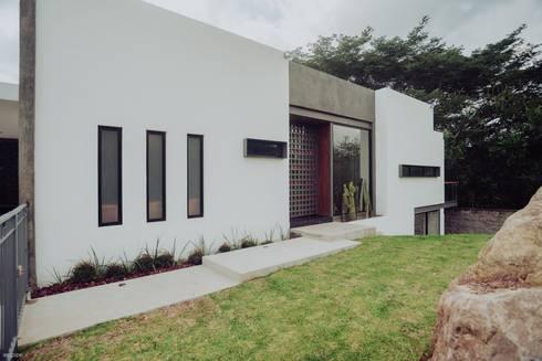 CASA ALTOZANO: Casas de estilo ecléctico por ROKA Arquitectos