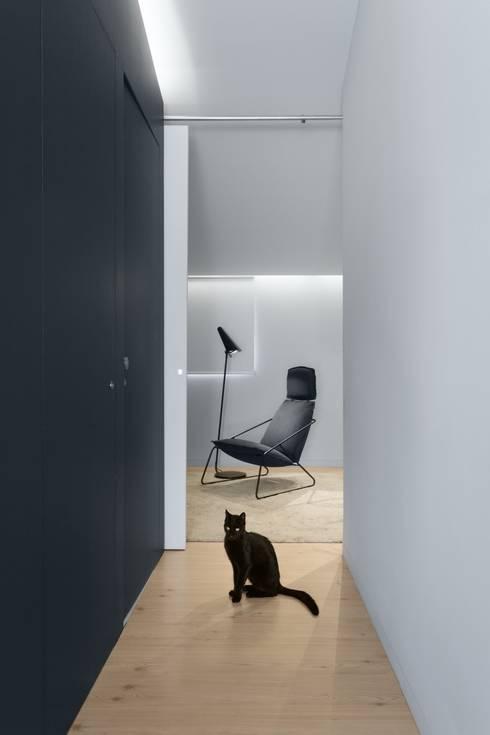 SS Apartment: Corredores e halls de entrada  por PAULO MARTINS ARQ&DESIGN