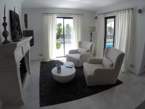 TV Area: Salas de estar ecléticas por Pure Allure Interior