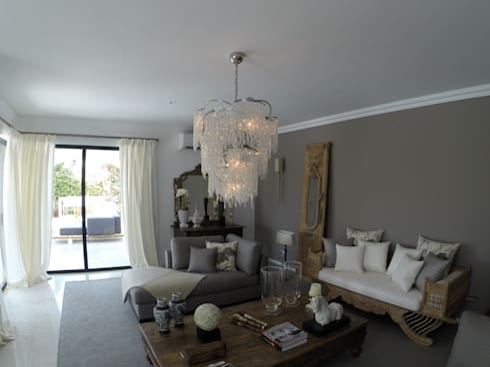Living Room: Salas de estar ecléticas por Pure Allure Interior