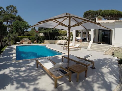 Pool Area and Garden: Jardins modernos por Pure Allure Interior