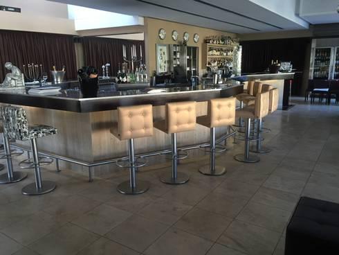Bar Area - Re-Upholstering: Espaços de restauração  por Pure Allure Interior
