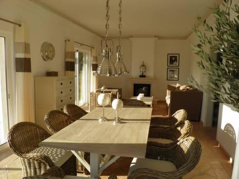 Dining and Living Room: Salas de jantar rústicas por Pure Allure Interior